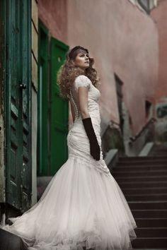 Rochia de mireasa pe care v-o propunem saptamana aceasta este modelul Aide din colectia de rochii de mireasa Divine-Reflexii2013.  Dantela chantilly brodata cu perle invaluie delicat silueta evidentiind trupul