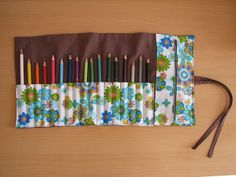 What a cool idea with the zipper pouch have to make this one Roll Up Pencil Case, Diy Pencil Case, Wooden Crafts, Diy And Crafts, Arts And Crafts, Diy École, Sewing Crafts, Sewing Projects, Sewing To Sell