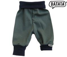Bio-Jerseyhose von Batata mit Bündchen zum Mitwachsen am Bauch und an den Beinen. Alles schön bequem und weich, ohne Schnickschnack. Gibt es von Größe 50/56 bis 86/92. Bezug: http://www.batata.de/Babykleidung--Kinderkleidung--Erstausstattung--Shirts--Oberteile--Pullover--Hosen--Kleider/Hosen/Jerseyhose-navy-hellblau-703.html #Batata