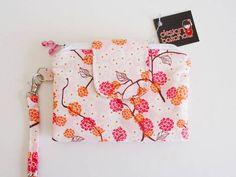 Carteira + necessaire = Carteirinha Bakana <br>Pequena e prática para usar no dia a dia com muito charme! <br> <br>- Confeccionada em tecido importado em tons de rosa, vermelho e laranja <br>- 02 bolsinhos com zíper para celular, dinheiro, moedas... <br>- 04 divisórias para cartões <br>- 02 divisórias para documentos <br>- alça carregar no pulso <br>- aba com fecho em botão magnético <br> <br>Dimensão: 15x11 cm (fechada) <br> <br>Obs: A posição da estampa do tecido pode variar em cada…