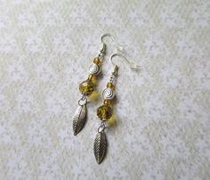 531 - Boucles d'oreilles perles de rocaille et breloque feuille métal argenté : Boucles d'oreille par tout-en-boucles