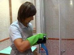 Cómo limpiar la puerta de vidrio de una ducha - YouTube