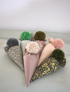 Pom Pom Sachets are a great way to scent a drawer, closet or suitcase. Think hostess gift, fun birthday present, stocking. Tissue Pom Poms, Paper Pom Poms, Do It Yourself Projects, Diy Projects To Try, Homemade Christmas Gifts, Homemade Gifts, Christmas Words, Brown Paper Packages, Lavender Sachets