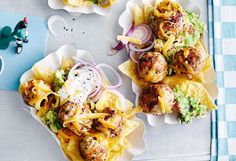 Meatball-Hoagies mit Chili-Tomaten-Sauce Guacamole, Chili, Spicy Meatballs, Tortilla Chips, Snacks, Chicken, Ethnic Recipes, Food Portions, Easy Meals