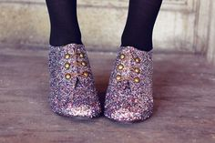 How to make glitter shoes. Not typically into glitter, but OMG, these are awesome. Sparkle Shoes, Glitter Shoes, Glitter Hair, Glitter Eyeshadow, Glitter Clothes, Glittery Nails, Purple Sparkle, Glitter Dress, Glitter Gel