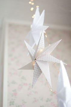 Paperisia tähtiä on mukava askarrella! Niistä saa helposti vaikkapa näyttävän tunnelmavalon lisäämällä valmiin tähden sisään Led -valonauhaa....