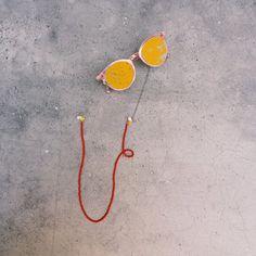 Brillenkette silber rot Handgefertigte Brillenkette aus Edelstahl (silber), Rosenquarz (facettierter Tropfen), roten Glasperlen (matt) und mille fiori Tropfen.  - Verstellbare Enden passen für jedes Brillen- oder Sonnenbrillepaar (transparent/silber) - Länge: ca. 74 cm