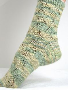 Spring Forward by Linda Welch ~ 4 ply fingering yarn, top-cuff-down, wide toe and heel flap ~ FREE pattern Lace Knitting Patterns, Knitting Stitches, Knitting Designs, Knitting Projects, Knitting Socks, Hand Knitting, Lace Socks, Crochet Socks, Knitted Slippers