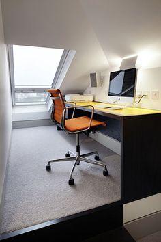 V podkroví domu je umístěna pracovna majitele. Office Desk, Corner Desk, Furniture, Home Decor, Stairway, House, Corner Table, Desk Office, Decoration Home