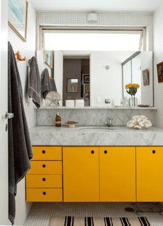 """Pequeno, para atender a dois quartos, este banheiro sofreu uma reforma radical. Anexando parte da área de serviço, ele ganhou espaço para abrigar um boxe generoso, de 2 x 0,80 m. A reforma também trouxe mais luz natural e incentivou o designer Antonio da Motta (tel. 11/99969-3390) a investir em revestimentos claros e alegres. """"Cores assim valorizam ainda mais o privilégio da luminosidade"""", diz. Por isso, aqui, o branco impera – nas pastilhas de vidro das paredes e do piso e no mármore da…"""