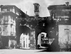 Una foto antichissima: gli archi di Porta Nuova (medievale) e il campanile della chiesa di San Bartolomeo, 1850 circa. Tra le odierne via Manzoni e piazza Cavour.