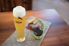 Alpenbrauerei GIRUN. Er ist lange gekreist. Viele haben ihn beobachtet und seinen Balzruf gehört. Jetzt sind die Jungvögel flügge. Der Horst befindet sich in Tschlin und lädt zur Degustation mit herrlicher Panorama-Aussicht ein. Nach einer Wanderung oder der Dorfbesichtigung von Tschlin kann ein Durstlöscher oder Feierabendbier bei uns genossen werden. Horst, Graphic Design, Tableware, Glass, Brewery, Beer, Simple, Dinnerware, Drinkware