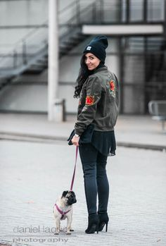 Outfit schwarze Beanie Blouson Bomberjacke mit Blumenstickerei von REVEL, Gürtel von Moschino, schwarze Overknees und Clutch von Tamaris | Julies Dresscode | #ootd #fashionblogger #juliesdresscode