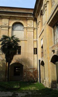 Forlì, Biblioteca comunale. Cortile interno