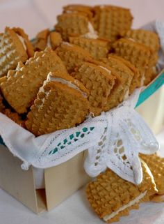 Coffee cookies – for apples and thyme Coffee Biscuits, Coffee Cookies, Condensed Milk Biscuits, Biscuit Bread, Cookie Brownie Bars, Golden Syrup, Cupcake Cookies, Cupcakes, Sweet Cakes