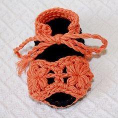 PATTERN crocheted Flower Baby Sandals por monpetitviolon en Etsy