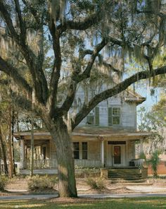 Abandoned House, somewhere in the beautiful South Old Abandoned Houses, Abandoned Mansions, Abandoned Buildings, Abandoned Places, Haunted Places, Beautiful Buildings, Beautiful Homes, Beautiful Places, Beautiful Ruins