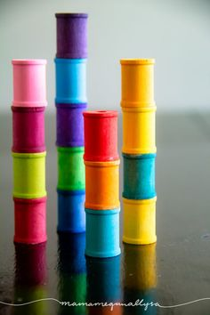 rainbow hand-painted wooden spools stacked up Making Wooden Toys, Handmade Wooden Toys, Wooden Diy, Diy Montessori Toys, Girl Diaper Bag, Diaper Bags, Play Wood, Diy Wood Stain, Baby Sensory