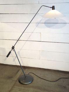 Lampadaire réglable de Robert Mathieu en laiton, métal laqué et perspex. Vendu
