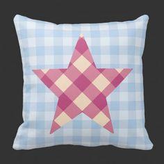 stjerne med rosa ruter  Hvem sier at stjerner på pute kan kun være i hvit, blått eller beige? ;-)  Her kombinerer jeg rosa og blått sammen med ruter  #pynteputer #interior #hjemmedekor #designputer #design #stjerne