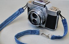 Along with our La Sardina DIY camera we'd like to present several DIY projects to inspire you. This project is a tutorial on how to make a camera strap from your old useless pair of jeans by Madeleine. Jean Crafts, Denim Crafts, Diy Camera Strap, How To Make Camera, Diy Straw, Recycle Jeans, Repurpose, Old Jeans, Lomography