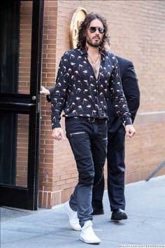 Male Fashion Trends: Russell Brand y su flamingo print shirt de Saint Laurent