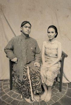 A Pre-Wedding Shoot Inspired By Classic Javanese Portraits | http://www.bridestory.com/blog/a-pre-wedding-shoot-inspired-by-classic-javanese-portraits