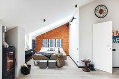 大きな天窓のあるロフトのベッドルーム