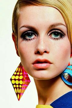 Twiggy, photographed by Bert Stern, 1967 - born Lesley Hornby, Twiggy was a fashion icon of the (I remember at 18 and weighing all of 98 lbs. I stopped eating dinner for a few days to weigh 94 lbs. like Twiggy! Jean Shrimpton, Sixties Fashion, Retro Fashion, Vintage Fashion, 1960s Fashion Hippie, 1960s Makeup, Vintage Makeup, Sixties Makeup, Iconic Makeup