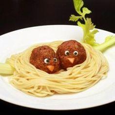 Des boulettes-poissins dans leur nid-spaghetti...  For my Seurat balls! So cute and easy!