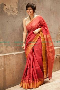 I like the way she holds the saree Saree Blouse Patterns, Saree Blouse Designs, Ethnic Sarees, Indian Sarees, Indian Look, Indian Ethnic Wear, Saris, Indian Dresses, Indian Outfits