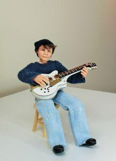 Ich möchte Sie zu Josh einzuführen. Er liebt nichts mehr als seine Gitarre zu spielen. Er schreibt seine eigene Musik und hofft man es groß in der Musikszene einen Tag. Josh wurde in Fimo geformt. Er wird in die Arme und Beine so können sanft gestellt. Seine Kleider sind von hand genäht worden und er hat gemalt mit Genesis Heat Set Farben für Beständigkeit.  Josh ist eine Miniatur Puppenhaus Puppe im Maßstab 1: 12 (ein Zoll). Er wurde in einer sitzenden Position erstellt und nicht möglich…
