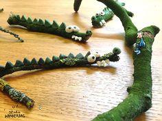 Zoek buiten een paar gevaarlijke takken en maak daar met klei krokodillen van.   #wonderdag #kleinmannetje #krokodillentak #klei