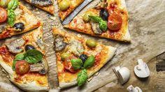 Cómo hacer la masaIngredientes1 kg. de harina 0000600 cc. de agua80 cc. de aceite de oliva50 grs. de levadura25 grs. de salPara una cubierta clásica100 cc. de salsa de tomates500 grs. de mozzarella10 grs. de orégano80 cc. de aceite de olivaElaboración* Formar una corona con toda la harina en la mesada de trabajo. Colocar en la parte externa de la misma la sal.* En el centro incorporar la levadura y parte del agua, comenzar a mezclar tratando de no mezclar la sal con la levadura. Incorporar…