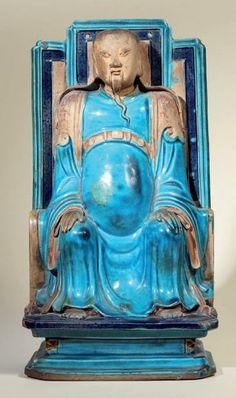 Fin Epoque MING (1368 - 1644) Importante statuette de Guandi en porcelaine émaillée bleu turquoise et manganèse, assis sur son trône au dossier à trois pans, les mains posées sur ses genoux, sa fine barbe tombant sur son torse. (Petites restaurations au ventre et aux bords de sa robe). H.: 39 cm.