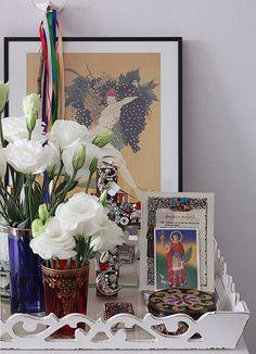 Flores brancas compõem a bandeja, usada como altar religioso/ 2014 com muita fé!