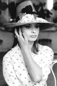 Sophia Loren , chapeau Hubert de Givenchy