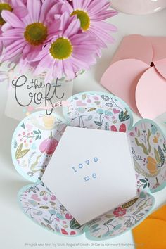 Silvia Raga from Giocha Di Carta shares a great tutorial and tells us how to make beautiful, decorative flower envelopes. A simple papercrafts tutorial! flowers envelope How To Make Pretty Paper Flower Envelopes Origami Flowers, Paper Flowers, Envelope Tutorial, Cute Envelopes, Paper Crafts Origami, Diy Paper, Paper Crafting, Origami Design, Party