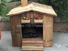 Nice Tortoise House & Garden Side Table I just needed a side table for my backyard and somewhere for my tortoise to sleep. So I made these two styles from repurposed wooden pallets. Tortoise House, Tortoise Habitat, Tortoise Care, Tortoise Turtle, 1001 Palettes, Garden Side Table, Tortoise Enclosure, Turtle Enclosure, Decoration Palette