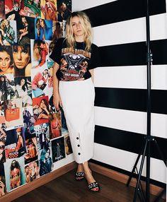 Karina Facci usa vintage t-shirt com saia Due Panno disponível no Steal The Look Shop