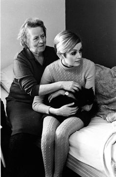 Twiggy with her mother and her cat (and cabled tights to match her cabled sweater) in 1966