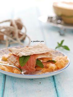 Millefoglie di pane azzimo con salmone affumicato e melone alla menta