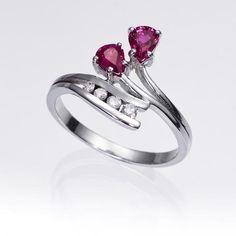 Anillo de rubíes y diamantes OSIRIS. Anillo de 2 rubíes talla pera y 4 diamantes talla brillante, engastados en una montura de oro blanco de 18 kilates.