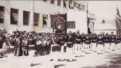 "Desfile frente a ""Grupo Escolar"" frente a la Plaza de Armas. Hoy está en el lugar Mall Plaza Real."