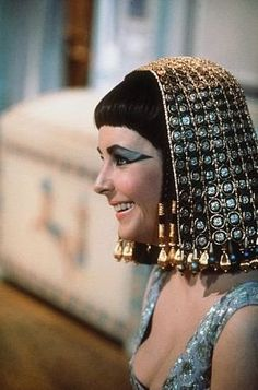 Elizabeth Taylor on the set of Cleopatra Elizabeth Taylor Style, Elizabeth Taylor Jewelry, Elizabeth Taylor Cleopatra, Lady Elizabeth, Golden Age Of Hollywood, Classic Hollywood, Old Hollywood, Hollywood Icons, Egyptian Queen