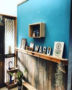 玄関の壁も一工夫すると、こんなにお洒落な雰囲気に♪鮮やかなブルーの壁がまるで海外のインテリアのよう。こちらの玄関は、なんとすべてDIYだそうです!