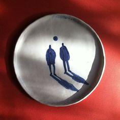 Stunning plate illustration of figures and shadow. Ceramic Clay, Ceramic Painting, Ceramic Pottery, Hand Painted Ceramics, Hand Painted Plates, Ceramic Design, Art Plastique, Oeuvre D'art, Art Inspo