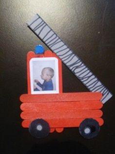 """Le cadeau de Mathéo pour l'anniversaire de son papa """"pompier"""" !Le matériel :- 8 bâtonnets bois- de la cartoline blanche- de la cartoline grise- une photo de l'enfant de profil- peinture (noire, grise, ..."""