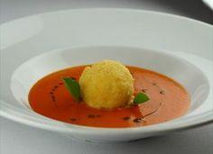 Zuppa di pomodoro con pralina fritta di ricotta