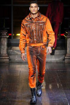 The complete Moschino Fall 2016 Menswear fashion show now on Vogue Runway. Fall Fashion 2016, Runway Fashion, Autumn Fashion, Mens Fashion, Fashion Trends, Rob Evans, Dolly Fashion, High Fashion, Fashion Show